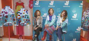 Agatha Ruiz de la Prada customiza 5 chaquetas de Deliveroo con fines solidarios