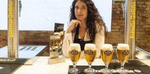 Davinia Martínez y la solemnidad del tiraje de cerveza