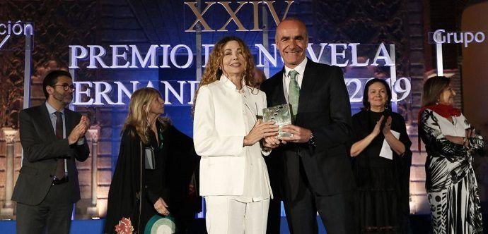 Ángela Becerra: Premio Fernando Lara por su novela 'Algún día hoy'