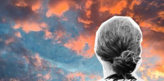 Mujer mirando al cielo