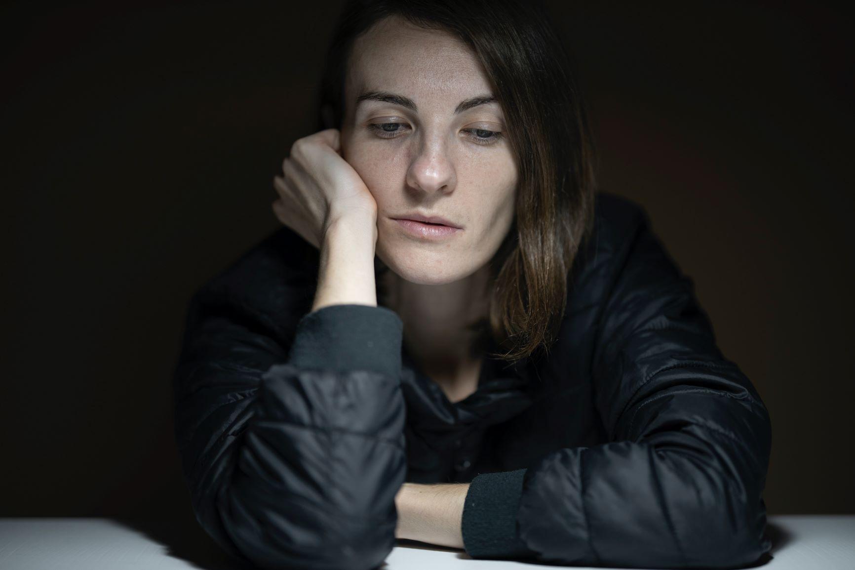 woman-in-black-jacket-by Engin-Akyurt - capacidad de sentirse vulnerable